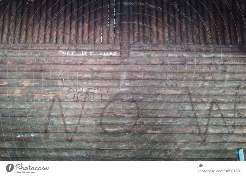Hüttenwand mit Schriftzzügen Gott ist Liebe, Hoffnung Graffiti Wand Religion Glaube Jesus Rettung Retter bemalt Religion & Glaube Jesus Christus bemalte Wand