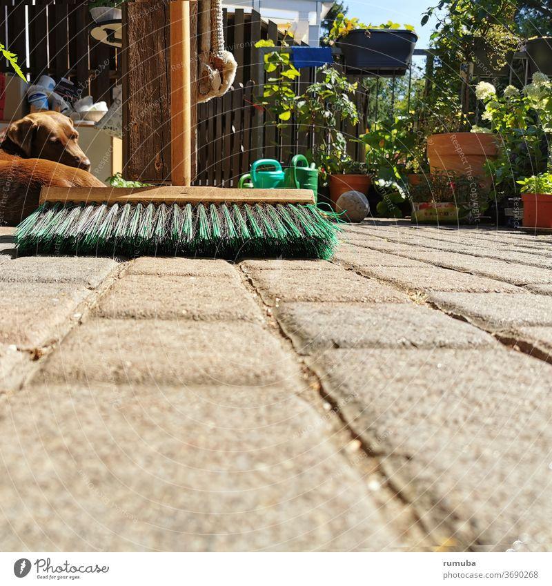 Besen auf Terrasse, Steinboden Menschenleer Sauberkeit Kehren Detailaufnahme Farbfoto Borsten Reinigen Häusliches Leben Textfreiraum unten Tag Arbeitsgeräte