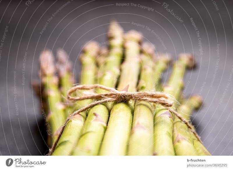 Ein Bund grüner Spargel Gemüse Ernährung Vegetarische Ernährung Bioprodukte Gesunde Ernährung Spargelzeit Spargelspitze Spargelbund Gesundheit Nahaufnahme