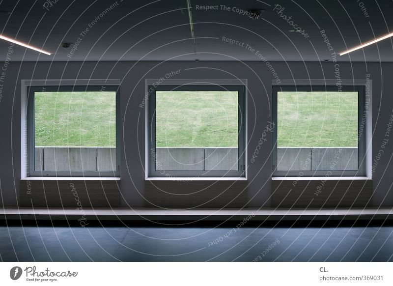 zimmer ohne aussicht Arbeitsplatz Büro Museum Wiese Haus Architektur Mauer Wand Fenster Häusliches Leben bedrohlich dunkel kalt trist ruhig Langeweile