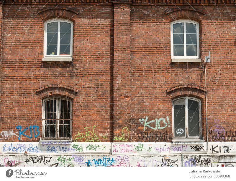 Graffiti an der Backsteinwand urban Wand Mauer Stadt Fassade Straßenkunst Jugendkultur Schmiererei Subkultur Außenaufnahme Kunst Schriftzeichen Wort Buchstaben