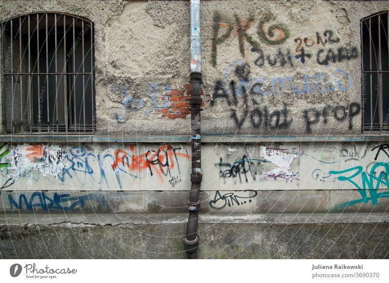 Graffiti an der Wand urban Mauer Stadt Fassade Straßenkunst Jugendkultur Schmiererei Subkultur Außenaufnahme Kunst Schriftzeichen Wort Buchstaben trashig