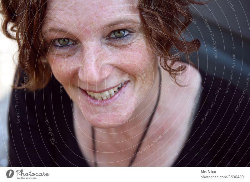 Porträt Sommersprossen Ausstrahlung Haut Haare & Frisuren natürlich schön Lächeln Sympathie authentisch sympathisch Gesicht attraktiv Wohlgefühl Gefühle feminin
