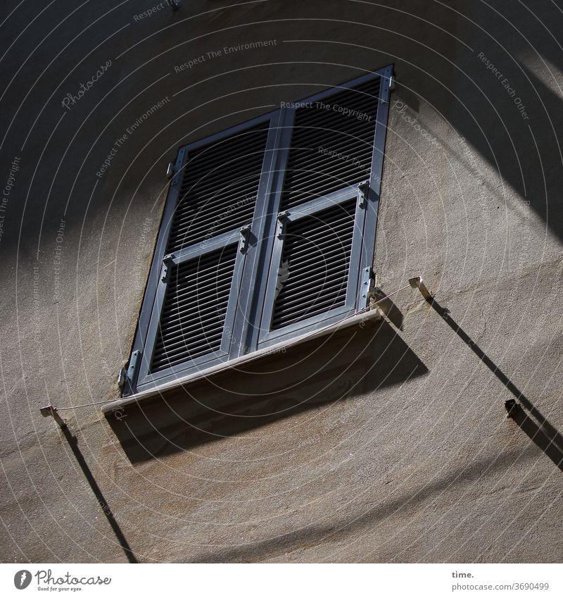 Italienischer Hinterhof mit Fensterläden und Wäscheleine im Frühsommer haus wand fenster nebeneinander nachbarn mauer putz licht schatten nachbarschaft