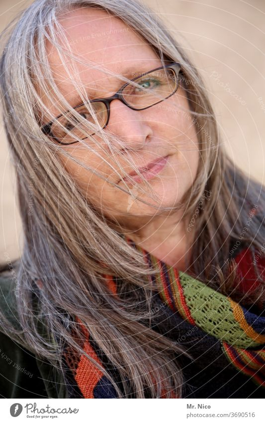 Portrait Gerti G Porträt Frau Gesicht Haare & Frisuren Blick Mund Lippen Brille Nase Auge Mode nachdenklich Gesichtsausdruck natürlich Ausdruck Accessoire