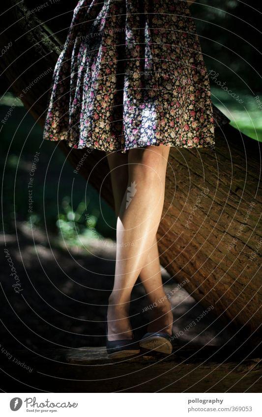 endlich sommer! feminin Junge Frau Jugendliche Erwachsene Leben Beine 1 Mensch 18-30 Jahre Natur Pflanze Sommer Schönes Wetter Baum Gras Sträucher Garten Park