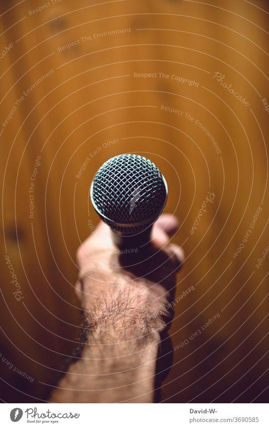 Mann hält ein Mikrofon in der Hand bereit für eine Rede präsentieren Moderator Business Farbfoto Innenaufnahme sprechen Kommunizieren Veranstaltung Redner