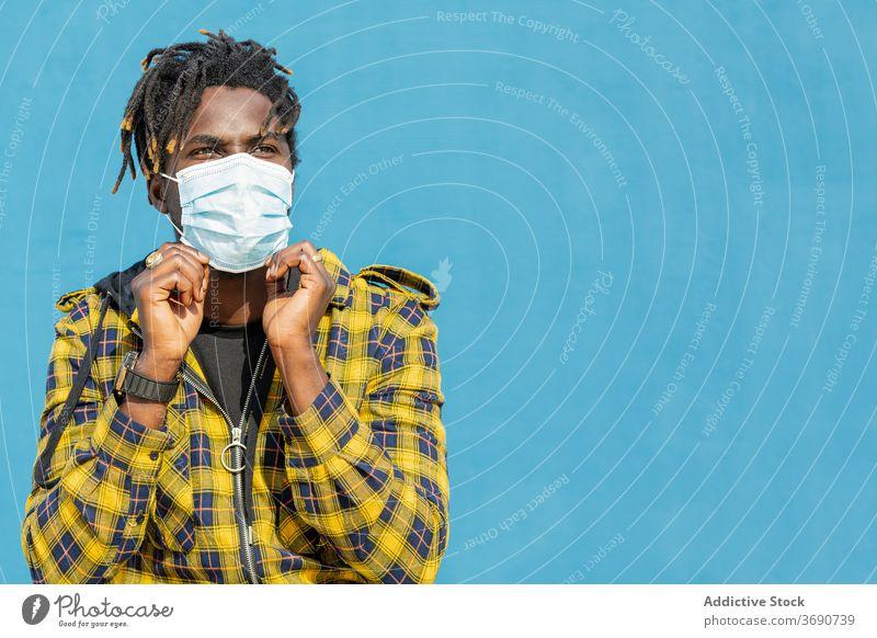 junger schwarzer Mann mit einer Schutzmaske Person Mundschutz Porträt Afrikanisch Krankheit copyspace Virus männlich Seuche Grippe Gesundheit schützend Gesicht