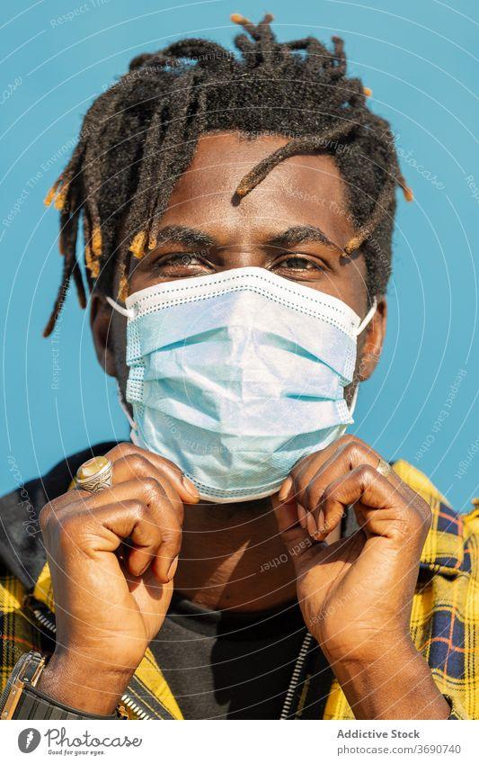 vertikale Nahaufnahme eines schwarzen Mannes mit Schutzmaske Person Mundschutz Porträt Afrikanisch Krankheit Virus männlich Seuche Grippe Gesundheit schützend