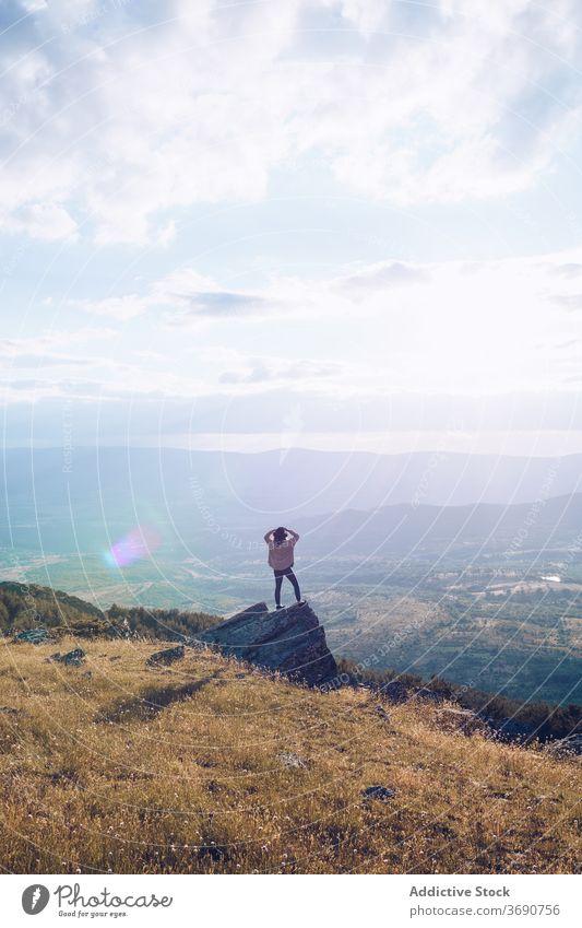 Unerkennbare Touristin auf Felsen im Gebirge Frau Berge u. Gebirge Landschaft Reisender Tal bewundern Hochland Urlaub sonnig Hügel Zusammensein Natur Tourismus