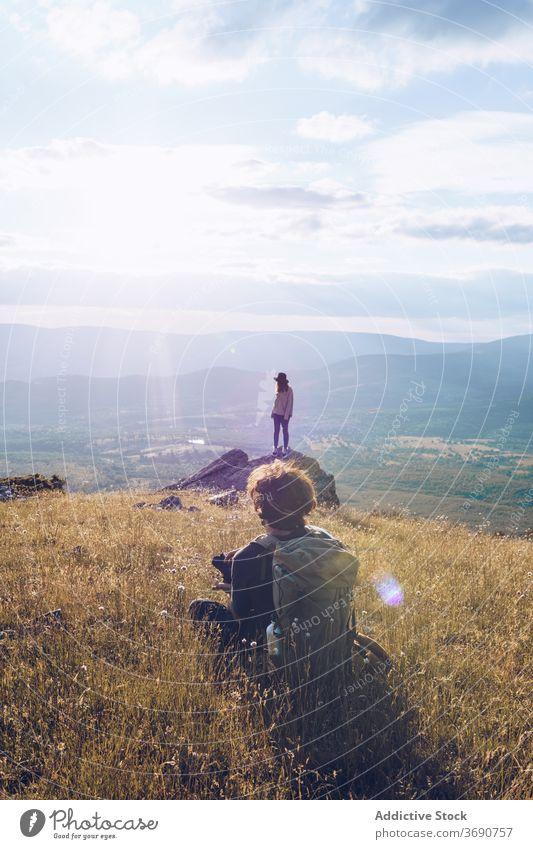 Paar Reisende auf einem Hügel in den Bergen Berge u. Gebirge Reisender Urlaub bewundern ruhig sich[Akk] entspannen Hochland majestätisch Feiertag Landschaft