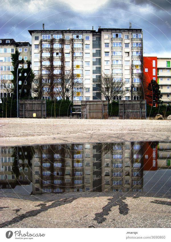Mietspiegel mietspiegel Reflexion & Spiegelung Wohnhaus Himmel Pfütze Spiegelbild Gewitterwolken Mehrfamilienhaus Miete