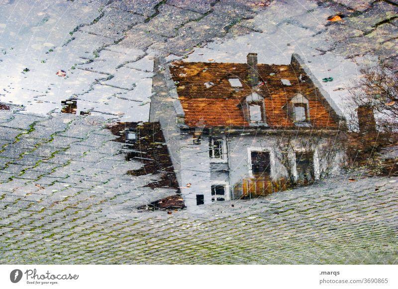 Wohnhaus in Pfütze nass Perspektive Steinplatten Herbst Reflexion & Spiegelung Haus grau wohnen