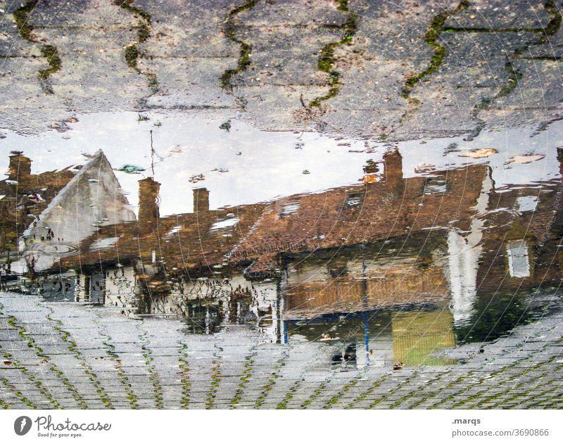 Häuserzeile in Pfütze Haus Wohnhaus Reflexion & Spiegelung Herbst Steinplatten Perspektive nass