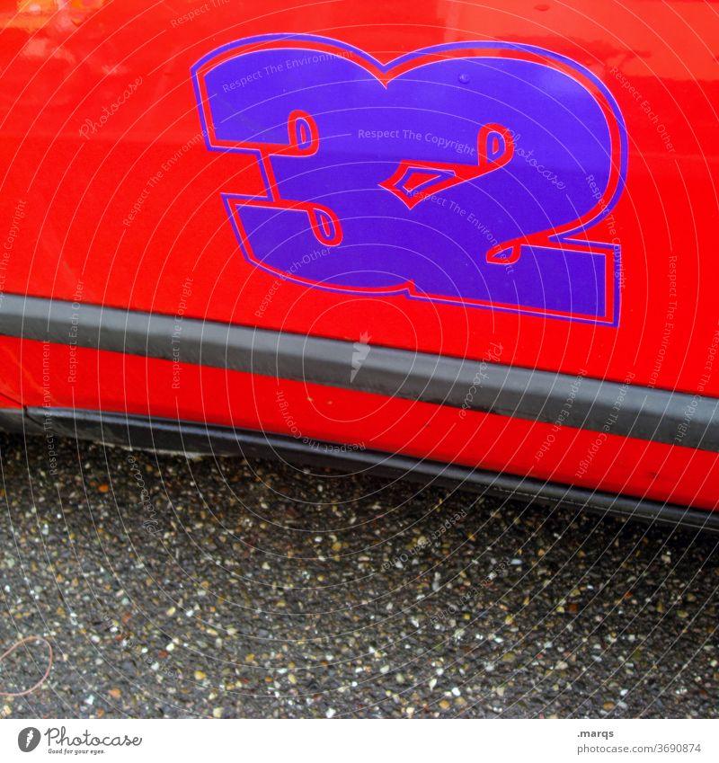 32 Ziffern & Zahlen orange Streifen Rennwagen Autotür Mobilität Asphalt lila