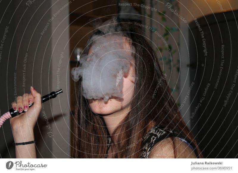 Frau raucht Shisha shisha Shisha rauchen Rauchen Mundstück Orientalisch Wasserpfeifenrauch Türkisch arabisch Aroma Kalebasse Stil Wasserpfeifen-Lounge Nikotin