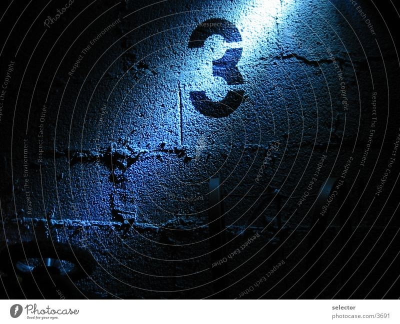 1_to_2 Licht dunkel Mauer Baustelle Keller Wissenschaften 5-2 nummer 3 blau Lichtschein