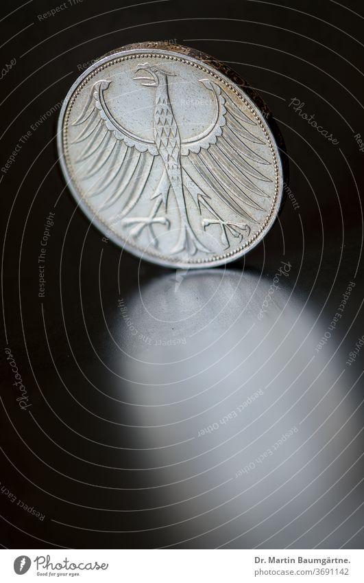 Rückseite einer silbernen 5-DM-Münze 5 DM Bundesadler Silber Mark D-Mark Geld historisch Zahlungsmittel Währung Adler