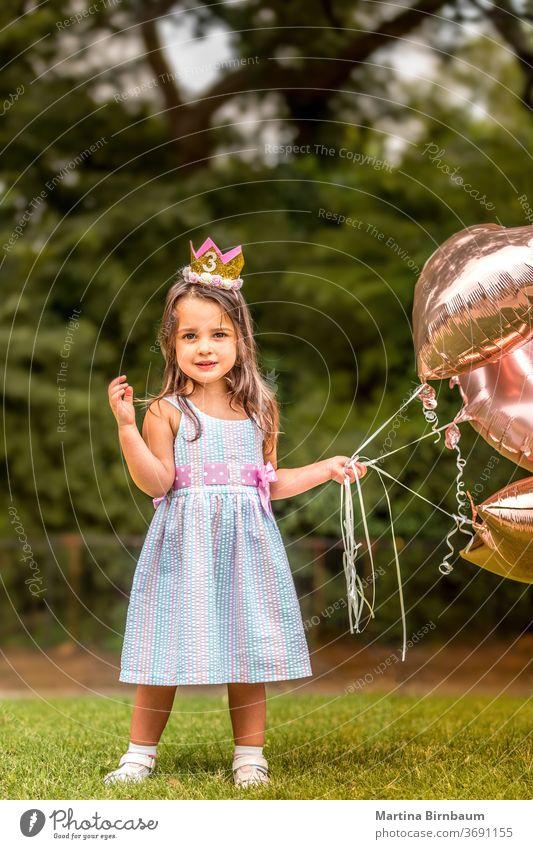 3-jähriges Geburtstagskind mit ihren Luftballons im Freien Ballons Kind Feier heiter Kindheit Kleinkind niedlich bezaubernd Tochter präsentieren Familie hübsch