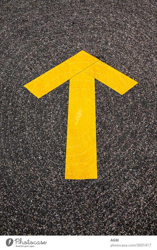 hier entlang Route abstrakt Pfeil Asphalt Hintergrund schwarz Großstadt Nahaufnahme Konzept Beton Textfreiraum Regie weitergeben grau Anleitung Autobahn
