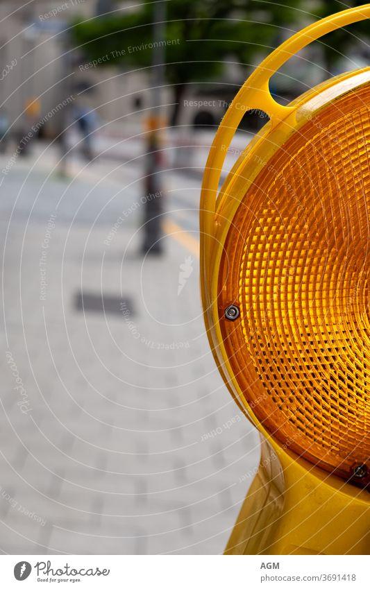gelbe Straßenwarnleuchte Aufmerksamkeit Hintergrund Barrikade Barriere hell Business Vorsicht Großstadt zugeklappt Konstruktion Gefahr Umweg Maschinenbau Gerät
