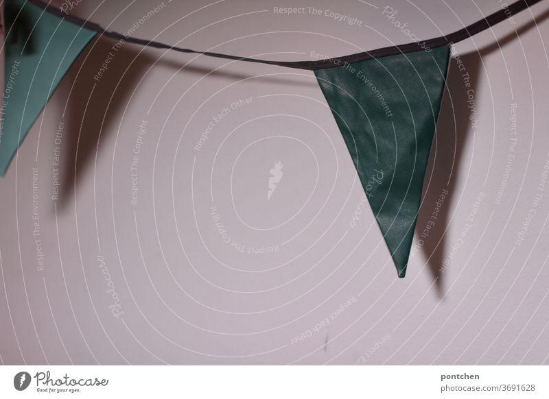 Eine wimpelkette wirft einen schatten an eine weiße Wand. Dekoration, feiern Wimpelkette dekoration grüntöne wand Dekoration & Verzierung Feste & Feiern Wohnen