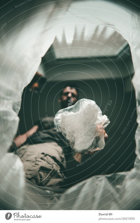Mülltonne - Plastikmüll wegwerfen Umweltschutz Mülleimer schmeißen Mülltrennung Abfall Hand entsorgen Mann