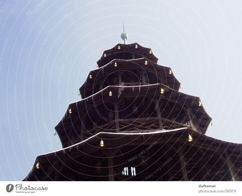 Chinesischer Turm München Englischer Garten Pagode Glocke Eiszapfen Querformat Etage Turmspitze Architektur China Turm Blick zum Himmel Kontrast