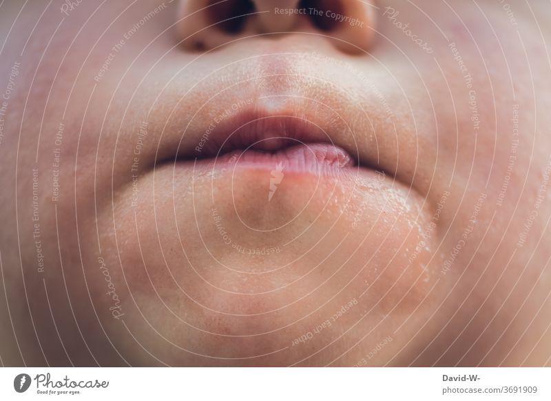 Kind macht den Mund nicht auf Lippen zusammengekniffen Gesicht Nahaufnahme Makroaufnahme anonym Junge Mädchen geschlossen verschlossen verweigern nein trotzig