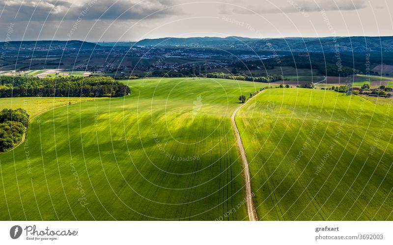 Schmale Schotterstraße zwischen grünen Feldern in ländlicher Landschaft in Österreich verlassen landwirtschaft österreich hintergrund stadt klima klimawandel