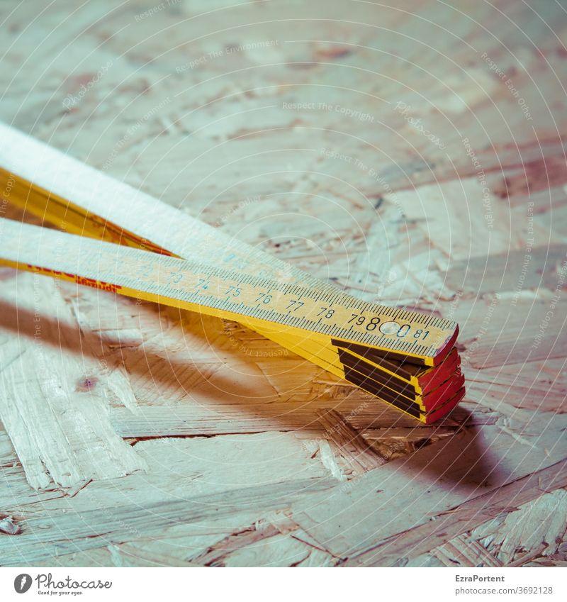 Maß Zollstock Meterstab Zahlen OSB-Platte Holz Werkstatt Handwerk Werkzeug Arbeit & Erwerbstätigkeit Ziffern & Zahlen messen Genauigkeit Innenaufnahme Maßband