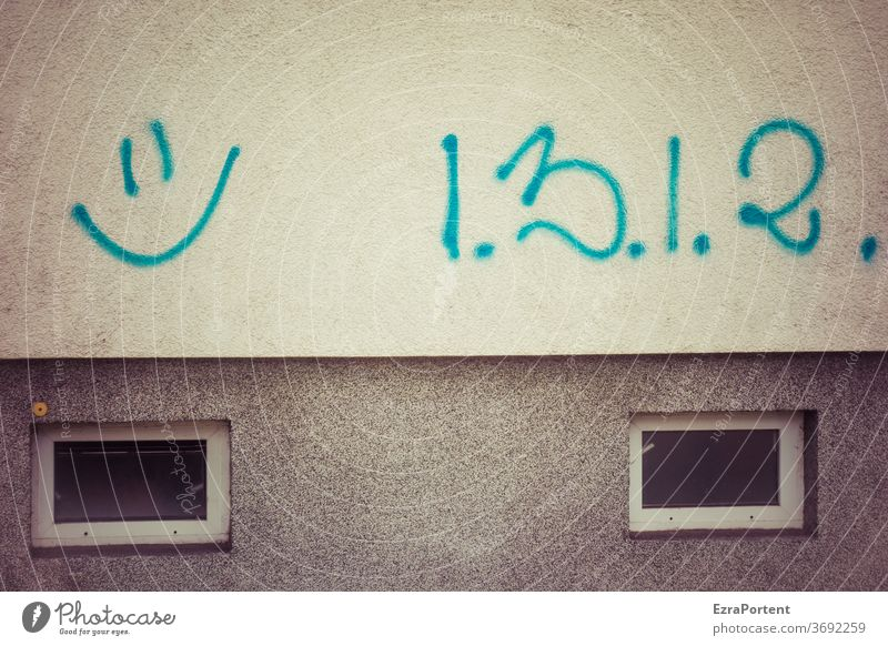 Zahlenfreude Fassade Graffiti Nummer Smiley lachen Mathematik Freundlichkeit Fenster grau Freude 1 2 3 Fröhlichkeit Lächeln Glück Gefühle Lebensfreude positiv