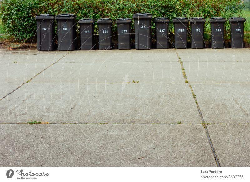 die Mannschaft Mülltonne Müllbehälter 11 Umwelt Recycling Müllentsorgung Müllabfuhr Abfall wegwerfen entsorgen wegwerfgesellschaft Straße Nummer Zahl schwarz