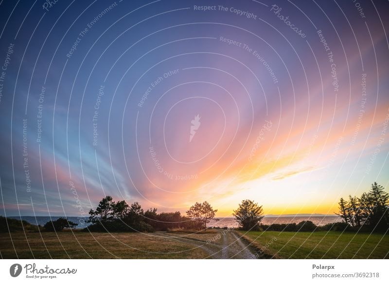 Wunderschöner farbenprächtiger Sonnenuntergang im Sommer Wolkenlandschaft Horizont im Freien Sonnenlicht Sonnenaufgang Wildnis Palette sanft natürlich Küste