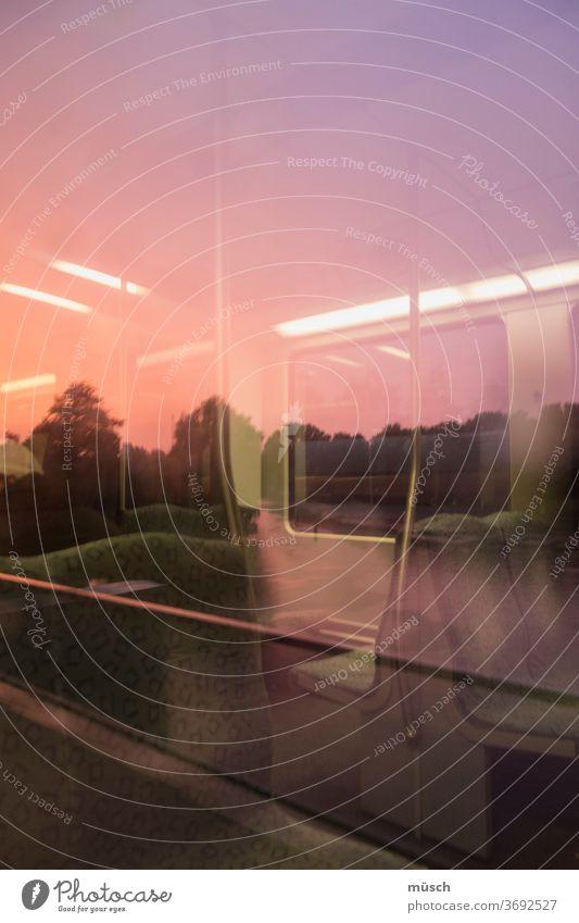 rosa Bahnfahrt Fahrt lampen Metall Licht Dämmerung Abend Party Sehnsucht Wochenende Sitze Leere Übergang Fenster reisen Unbekanntes Verkehr Transit Bewegung