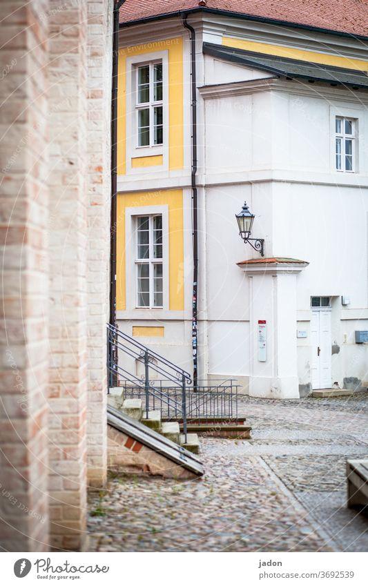 treppe zum hof. Treppe Fassade Außenaufnahme Menschenleer Wand Mauer Farbfoto Architektur Bauwerk Gebäude Stadt Haus Fenster Laterne alt Historische Bauten