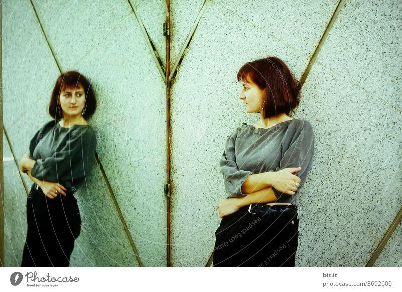 Zurück schauend Frau Spiegel Junge Frau Mensch feminin weiblich Spiegelbild Spiegelung spiegeln Reflexion & Spiegelung 1 Erwachsene 18-30 Jahre Blick