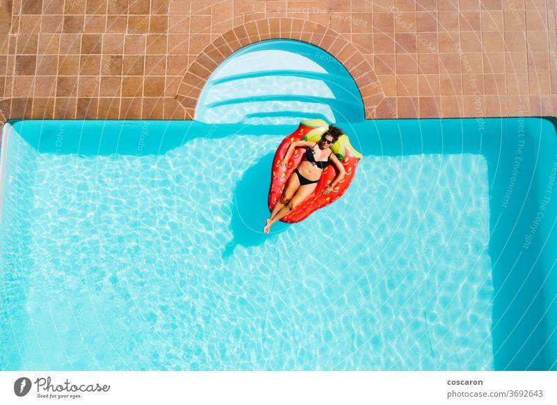 Frau schwebt auf einer ait-Matratze in einem Pool Air schön Bikini blau Körper heiter Kopie copyspace Dröhnen genießen Genuss Mode Schwimmer Mädchen