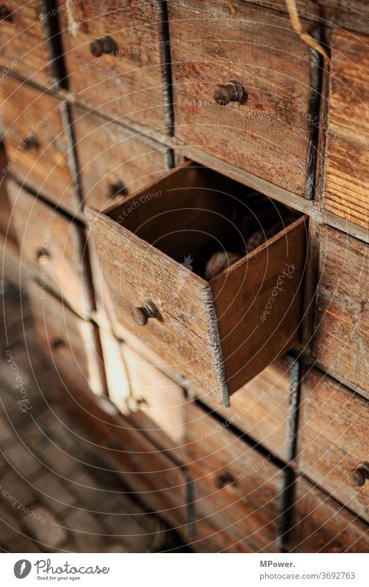 schublade Schublade Schubladendenken alt Komode Holz antik verstauen Fach Schrank Möbel Detailaufnahme Griff Platz