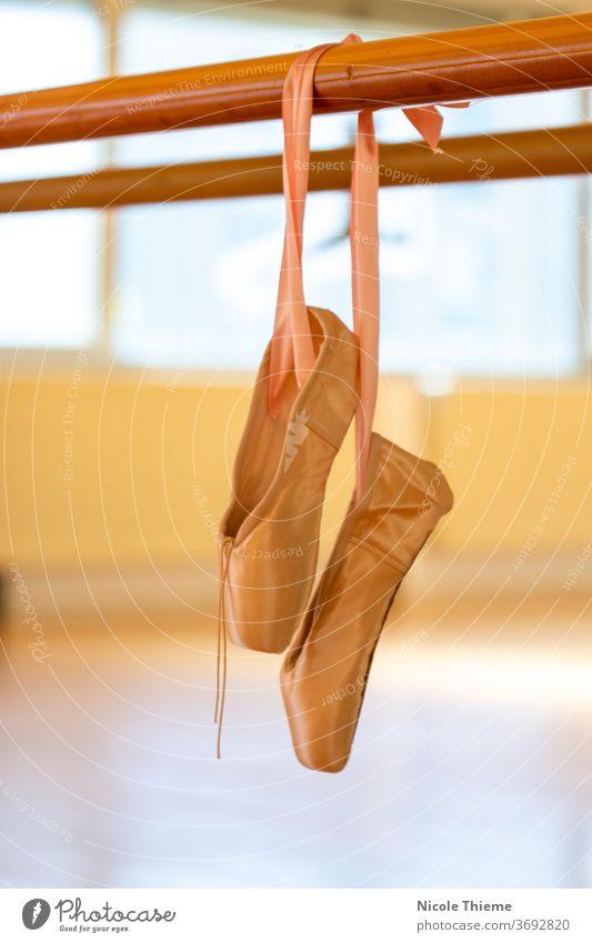Spitzenschuhe - Ballettschuhe hängen an der Ballettstange im Tanzstudio spitzenschuh Balletttänzer Tanzschuhe Schuhe Tanzen Satin Kunst klassisch Ballerina