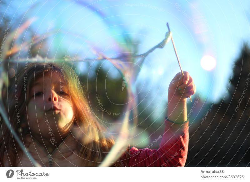 Seifenblasen pusten Wind Sommer Urlaub selbstgemacht Blubberblasen Blase Mädchen Kind Kindheit bunt Wasser