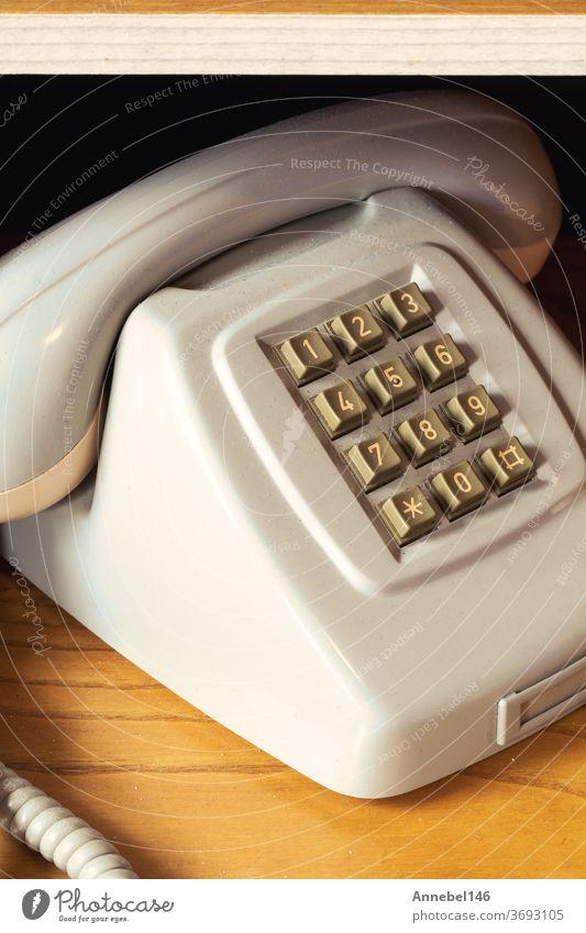 Altes Vintage-Telefon mit Draht auf Holzregal, Retro-Design Nahaufnahme-Nostalgie alt retro Mitteilung klassisch altehrwürdig Anruf Zifferblatt rotierend