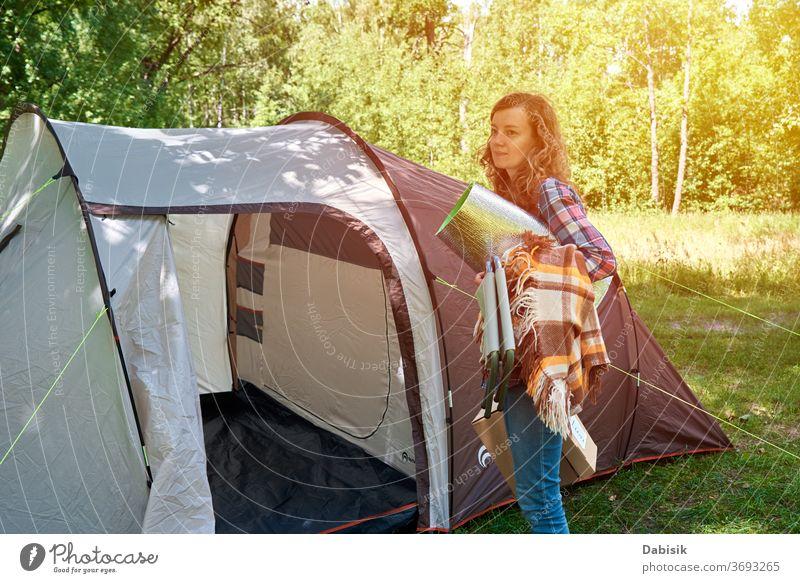 Frau baut im Wald ein Zelt auf Lager im Freien Tourist wandern Bäume Ausflug Wanderung Familie Abenteuer Hintergrund Camping Fundstück Entdecker Hobby Reise