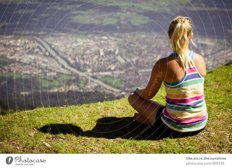 wanderlust IV Kind Natur Jugendliche Ferien & Urlaub & Reisen Erholung Landschaft Junge Frau Umwelt Berge u. Gebirge Leben Gras Haare & Frisuren Glück