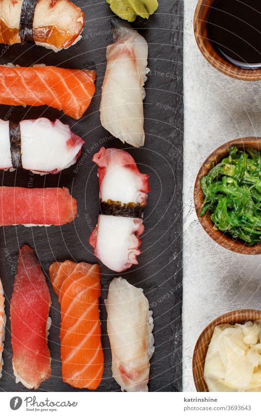 Sushi-Set, Nigiri auf einem Teller verzehrfertig Essen Sashimi Sushi-Bar Esszimmer Japanisch Kultur Meeresfrüchte Draufsicht rollen asiatisch Krabbe Thunfisch