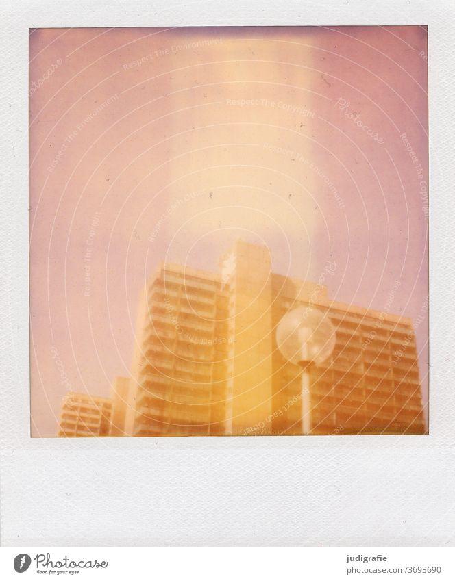 Straßenlampe vor Plattenbau in Halle-Neustadt auf Polaroid. Stadt urban Halle (Saale) Farbfoto Außenaufnahme Menschenleer Architektur Haus Bauwerk Gebäude