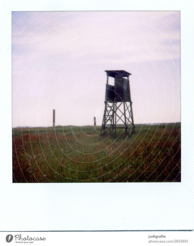 Hochsitz auf Wiese auf Polaroid hochstand Natur Jagd Außenaufnahme Farbfoto Himmel Beobachtung Jagdsitz Ansitz Ansitzjagd Deckung Versteck Umwelt Holz