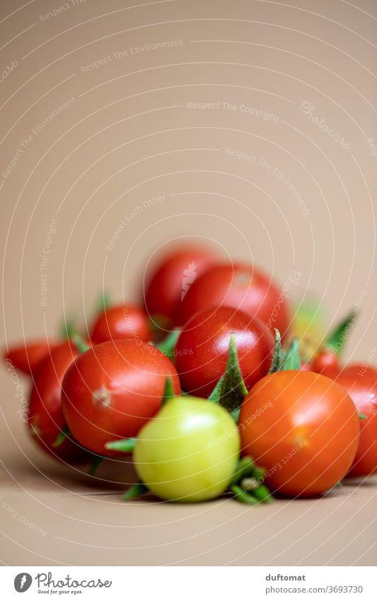 rote Cocktail Tomaten auf neutralem Hintergrund cocktailtomaten Gemüse Salat Markt Markttag Neutraler Hintergrund Hintergrundbild Hintergrund neutral