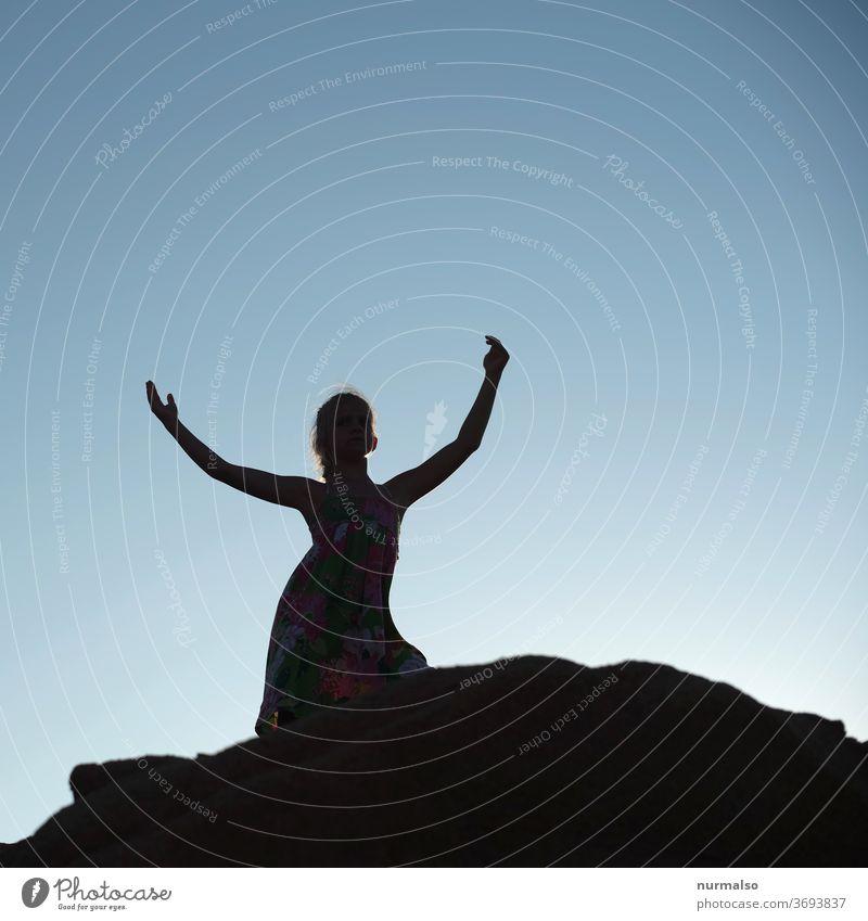 Dance Schatten Mädchen Sommer Berge Himmel freiheit freude spass glück Arme Hände Kopf Silhouette Riss