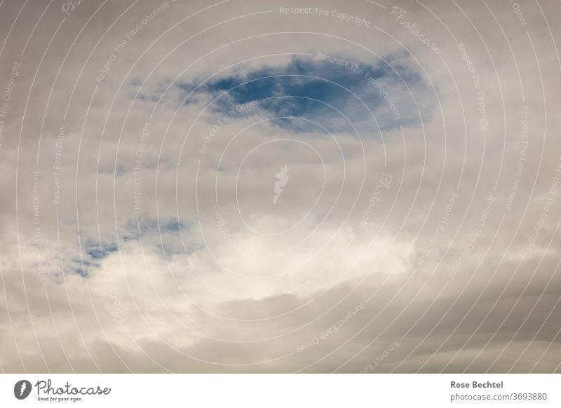 Wolkenhimmel mit ein wenig Blau Himmel Wetter Außenaufnahme Lücke graue Wolken Menschenleer Farbfoto Tag